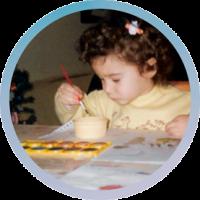Photo de Vanja Basic, enfant, en train de dessiner. Graphiste et illustratrice à Bordeaux.